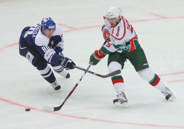 Нападающий Маттиас Вейнхандл (80), (Динамо) и нападающий Данис Зарипов (25), (Ак Барс)