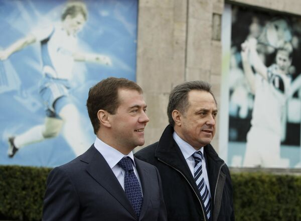 Президент России Дмитрий Медведев и министр спорта Виталий Мутко (слева направо) во время посещения ФГУП Южный федеральный центр спортивной подготовки в Сочи.