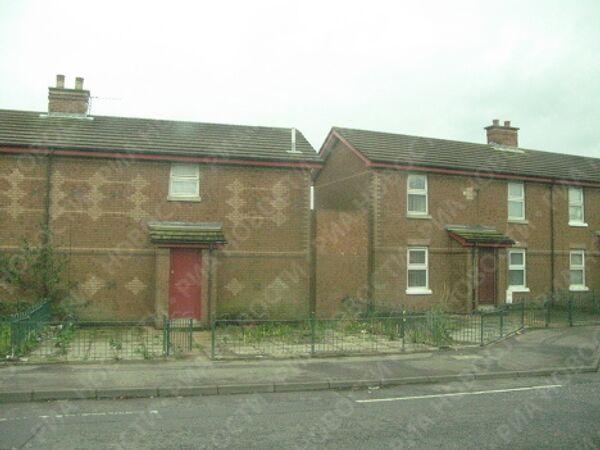 Разногласия между республиканцами и лоялистами так часто проявлялись в уличных беспорядках, что некоторые предпочитали строить дома с минимальным количеством окон