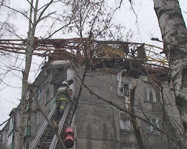 Строительный кран рухнул на жилой дом. Видео с места события