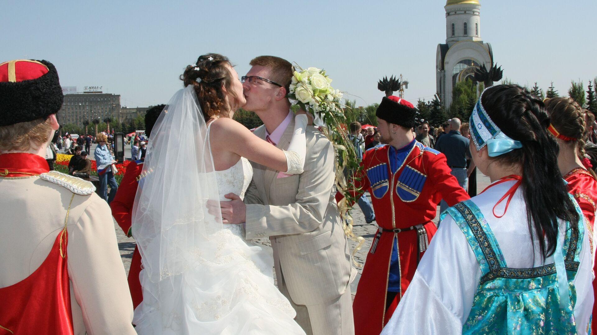 Свадебные гуляния накануне Красной горки на Поклонной горе - РИА Новости, 1920, 15.04.2018