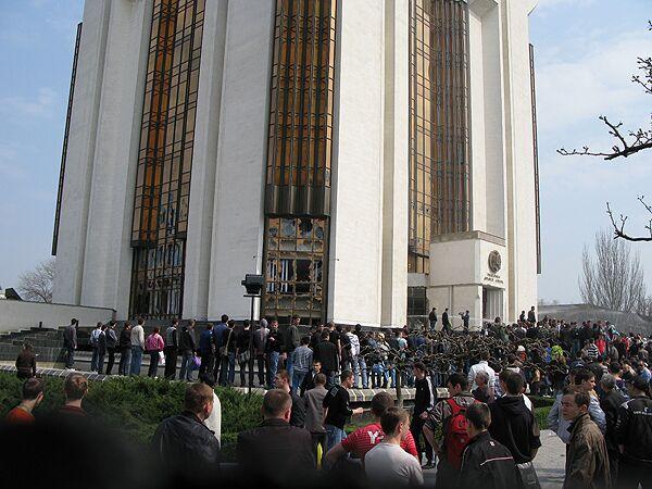 Оппозиционная толпа устраивает беспорядки в центре Кишинева