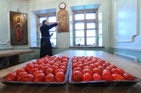 Покраска пасхальных яиц в Даниловском монастыре