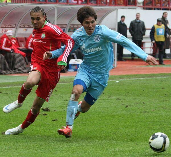 Защитник Зенита Ким Дон Чжин и нападающий Локомотива Питер Одемвингие (справа налево)