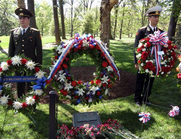 Посол РФ в Вашингтоне Сергей Кисляк возложил венок к мемориальной плите Дух Эльбы на Арлингтонском национальном кладбище.