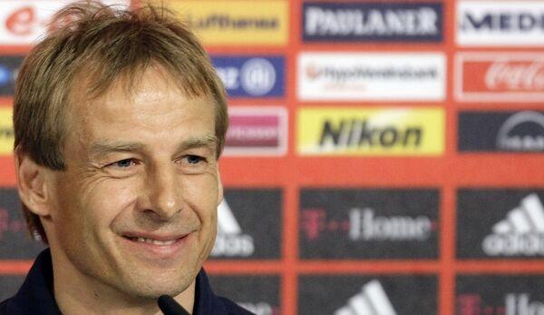 Главный тренер Баварии Юрген Клинсманн на пресс-конференции после матча против Шальке