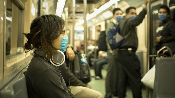 Пассажиры поезда в Мехико надевают маски.