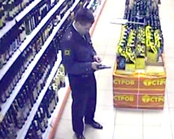 Милиционер в Москве расстрелял людей в магазине. Видео камер слежения