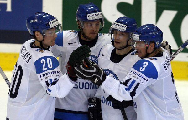 Финские хоккеисты поздравляют Нико Капанена (второй справа) с голом в ворота Дании в матче ЧМ-2009