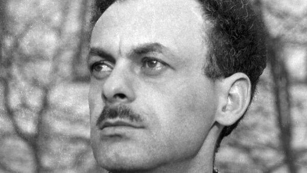 Советский поэт Булат Окуджава. Архивное фото