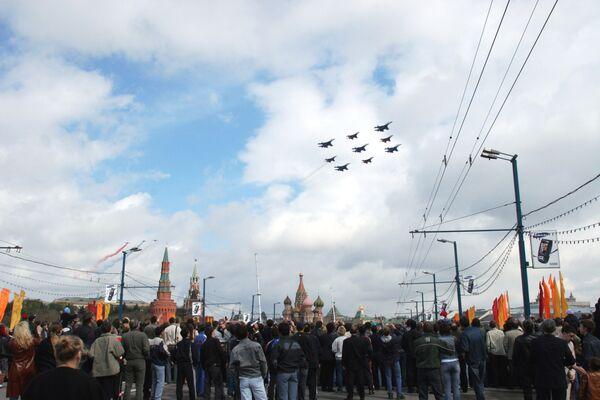 Москвичи наблюдают за боевыми самолетами