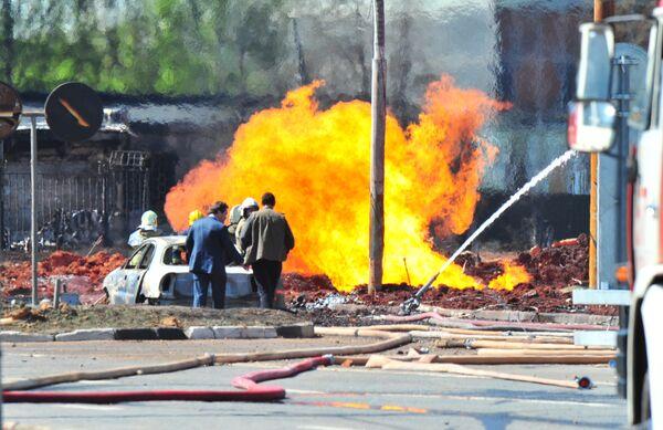 Взрыв и сильный пожар возник в ночь на воскресенье на западе Москвы
