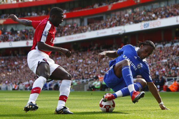 Форвард Челси Дидье Дрогба (справа) против защитника Арсенала Коло Туре