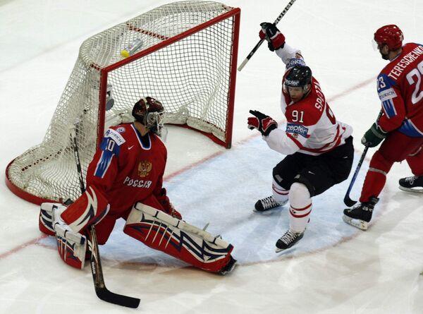 Джейсон Спецца (в центре) празднует гол в ворота сборной России в финальном матче ЧМ-2009