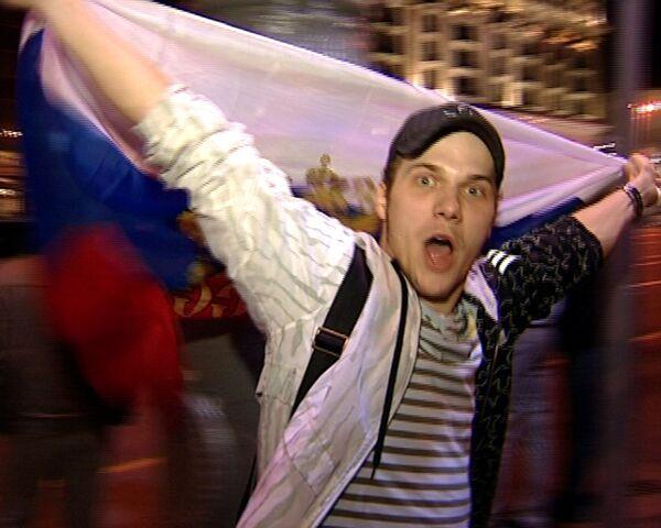 Россия - снова чемпион мира по хоккею: болельщики ликуют на улицах Москвы