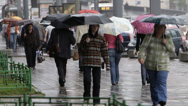 Сильный ливень и шквалистый ветер в Москве