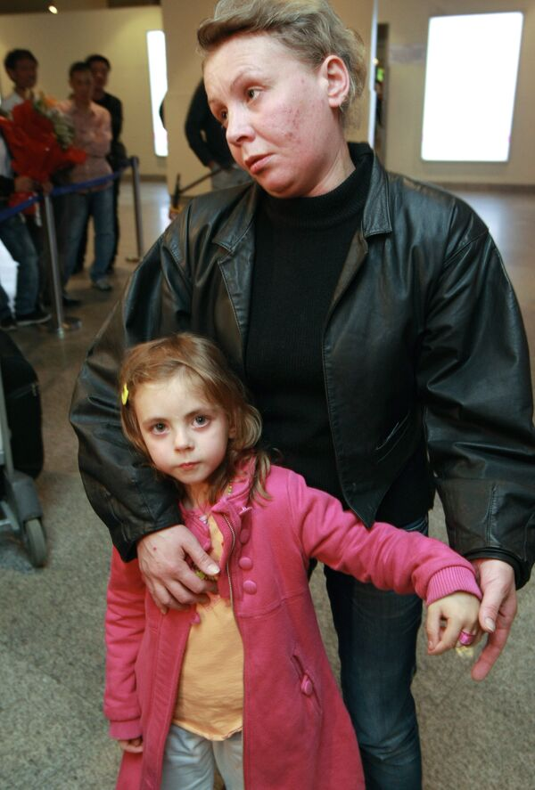 Наталья Зарубина с дочерью Александрой в аэропорту Домодедово