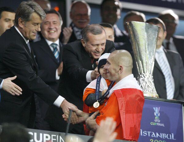 Президент Украины Виктор Ющенко поздравил футбольный клуб Шахтер