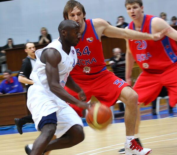 Игрок Енисея Кертис Милладж (№4, с мячом) и игроки ЦСКА Зоран Планинич (№34, в центре)