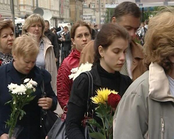 Проститься с Олегом Янковском пришли тысячи людей