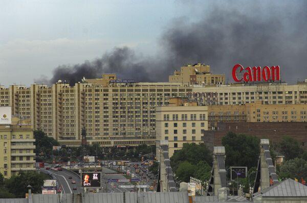 Крупный пожар возник в административном здании в центре Москвы