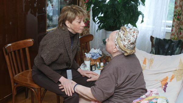 Исполнительный директор МОО Справедливая помощь Елизавета Глинка во время выезда на дом к одной из подопечных