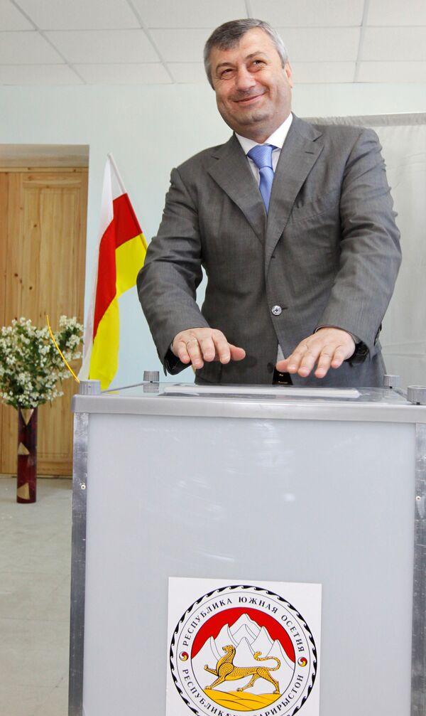 Президент Южной Осетии Эдуард Кокойты во время голосования на парламентских выборах