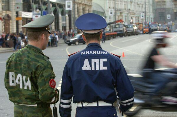 Девушка-водитель иномарки въехала в пост ДПС в центре Москвы