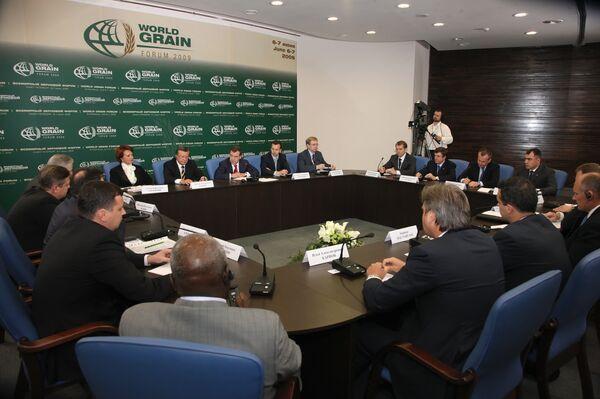 Президент РФ Д.Медведев на встрече с представителями аграрного бизнеса стран-участниц Всемирного зернового форума