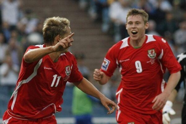Защитник сборной Уэльса Дэвид Эдвардс (слева) и полузащитник Саймон Черч празднуют гол в ворота Азербайджана в отборочном матче ЧМ-2010