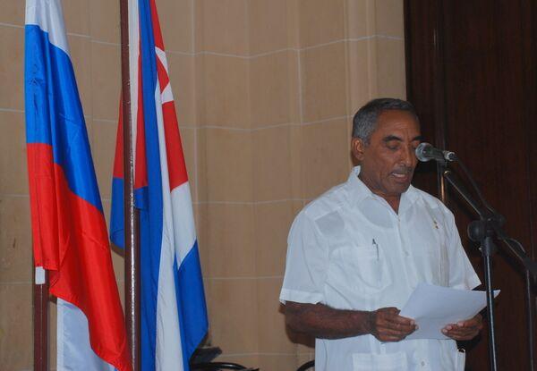 Кубинский генерал Арнальдо Тамайо выступает на вечере, посвященном Дню России.
