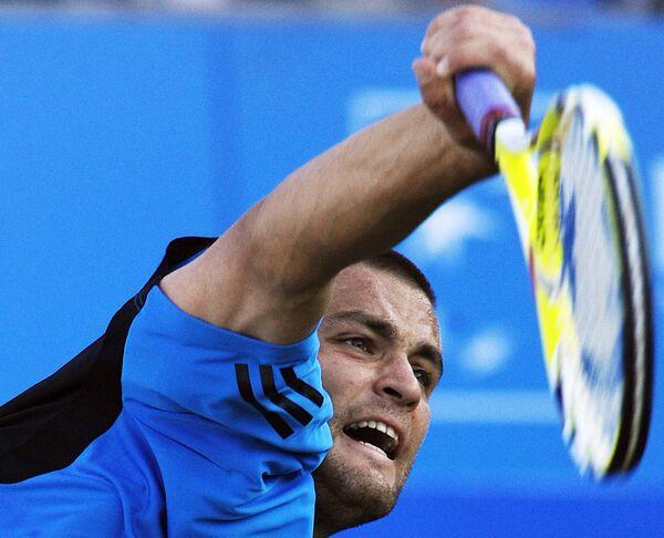 Михаил Южный во время матча против Жиля Симона на турнире в Лондоне