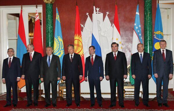 Главы государств-членов ОДКБ во время совместного фотографирования