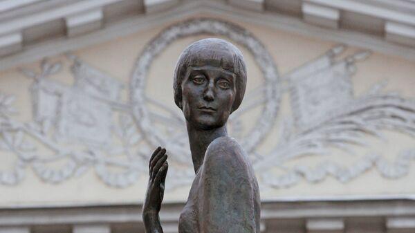 Памятник писательнице и поэтессе Анне Андреевне Ахматовой