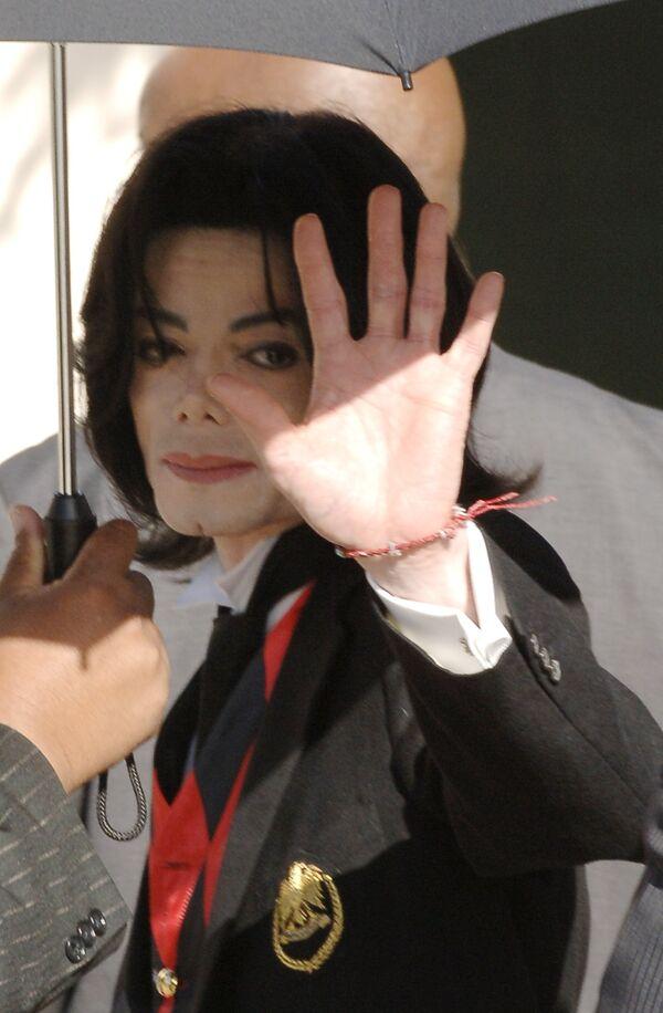 Майкл Джексон возле суда в городе Санта-Барбара