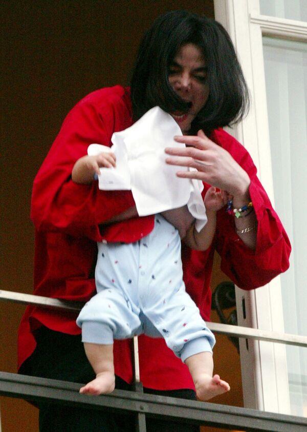 Майкл Джексон с ребенком в одном из отелей Берлина