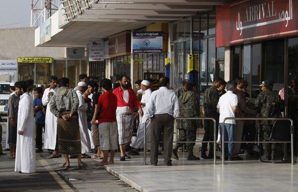 Родственники пассажиров аэробуса А310 ваэропорту столицы Йемена Саны
