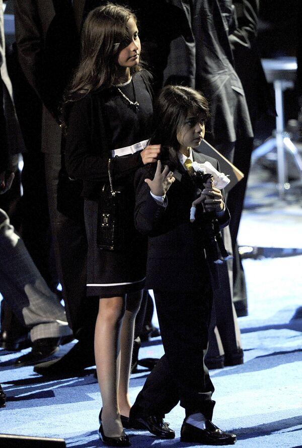 Дети Майкла Джексона Пэрис Майкл Кэтрин и Принц Майкл II на церемонии прощания