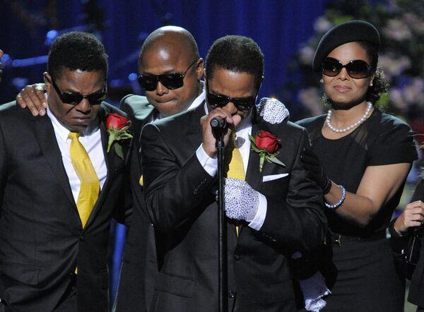 Братья и сестра Майкла Джексона Джанет на церемонии прощания