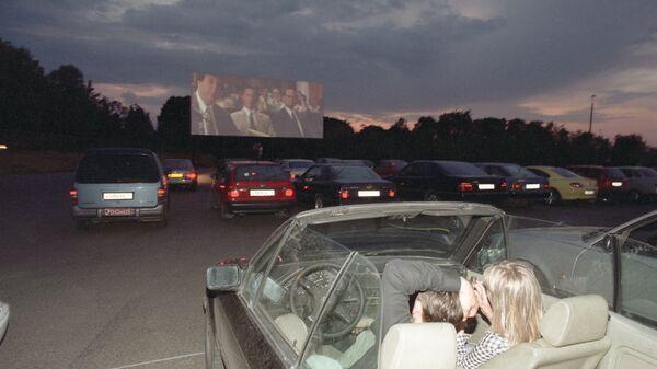 Кинодром - ночной кинотеатр под открытым небом для автомобилистов