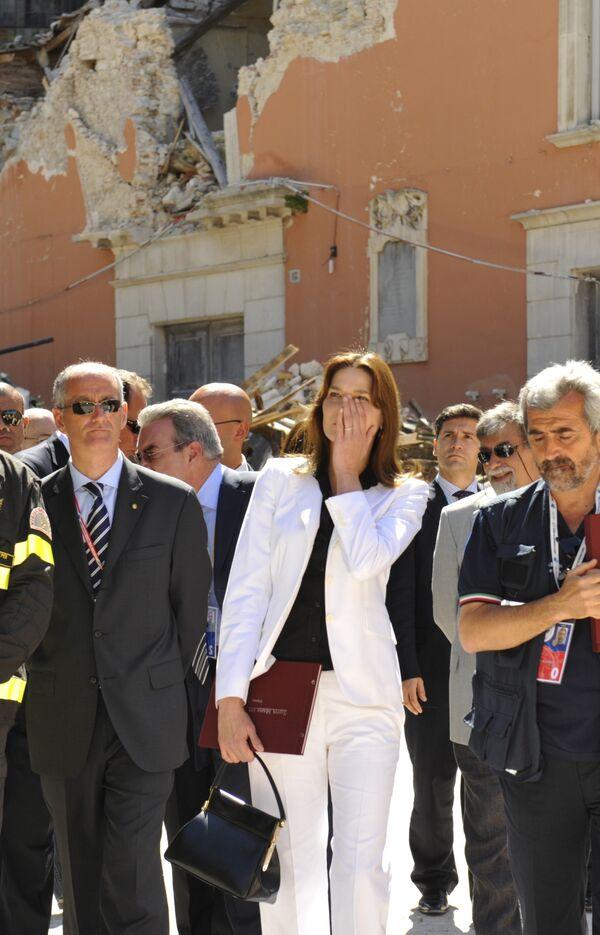 Супруга президента Франции Карла Бруни-Саркози в разрушенной землетрясением Аквиле