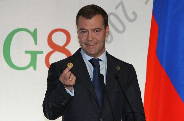 Президент России Дмитрий Медведев показал образец будущей наднациональной валюты