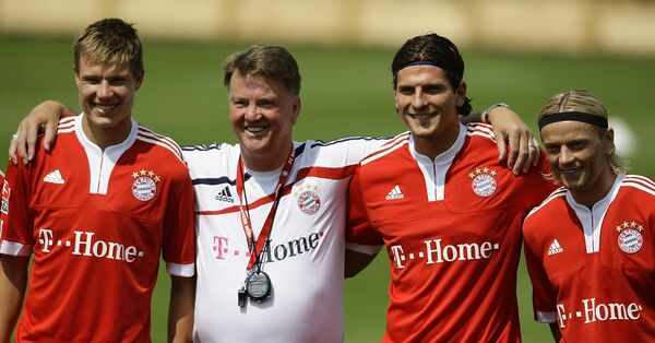 Луи ван Галь (в белом) с  футболистами Баварии