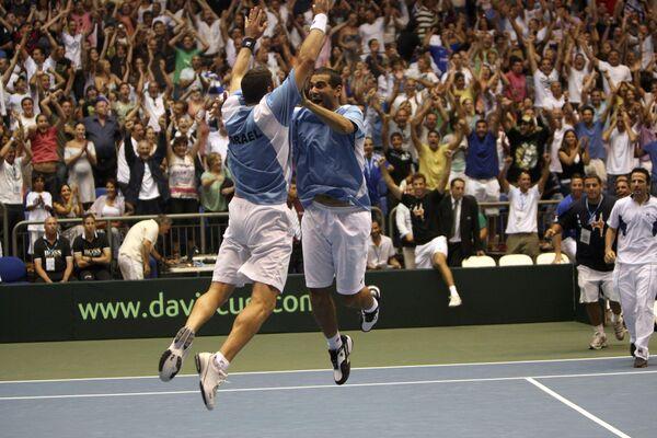 Энди Рам и Йонатан Эрлих празднуют победу в четвертьфинальном матче Кубка Дэвиса