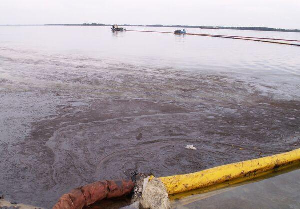 Причиной разлива нефти в Ленобласти мог стать разрыв трубы