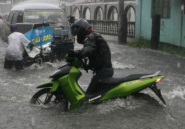 Тропический шторм приближается к Филиппинам