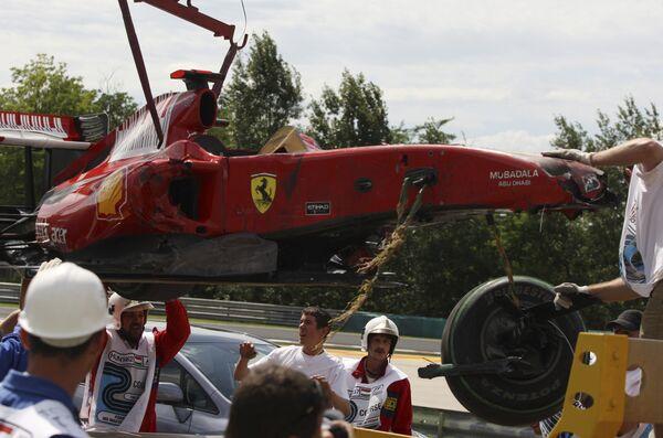 Пилот Феррари Фелипе Масса терпит аварию в ходе квалификации перед Гран-при Венгрии.