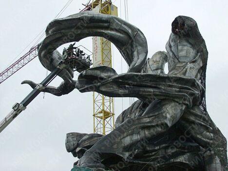 Демонтаж скульптуры В.Мухиной Рабочий и колхозница