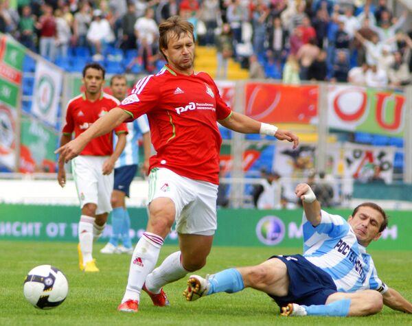 Нападающий Локомотива Дмитрий Сычев (слева) и полузащитник КС Руслан Аджинджал (справа)