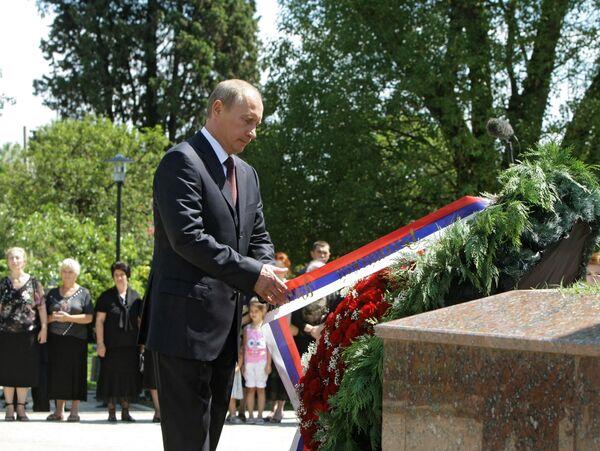 Премьер-министр РФ В.Путин возложил венок к памятнику павшим